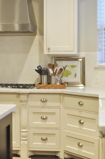 Choosing cabinet paint colors gray or creamy white for Choosing kitchen colors